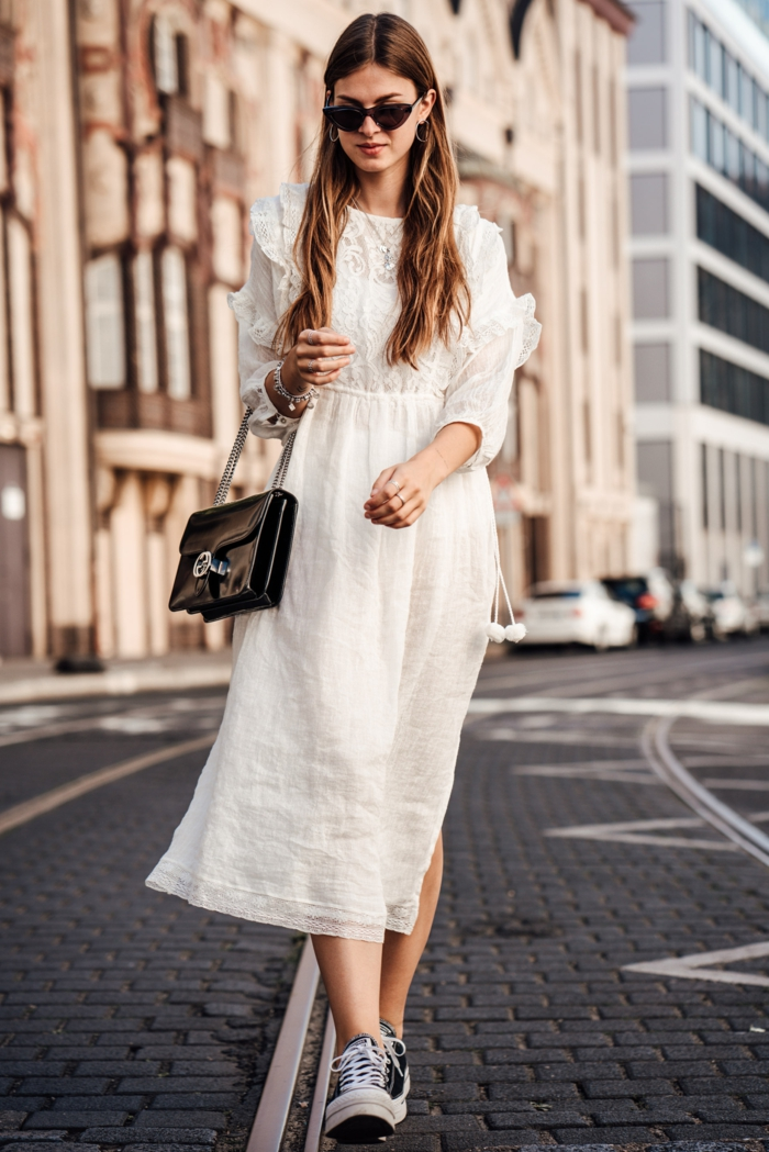 robe blanche boheme, manches volants, lunettes de soleil, sac rectangulaire noir laqué, sneakers