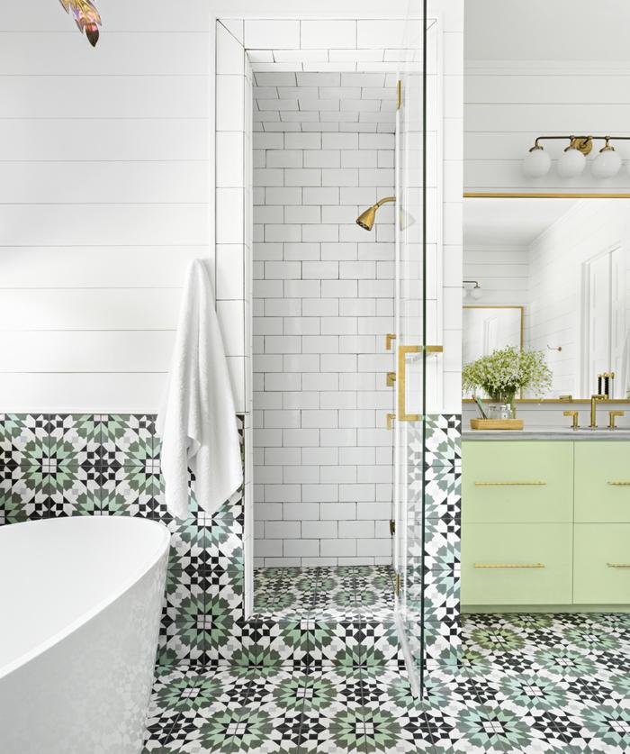 joli carrelage style carreaux de ciment, baignoire blanche, meuble sous vasque vert menthe; carreaux metro blancs