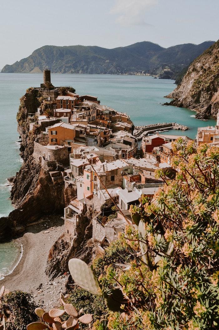 Ville vue de haut paysage magnifique, paysage fantastique, la nature et la civilisation photo en un, mer et colins
