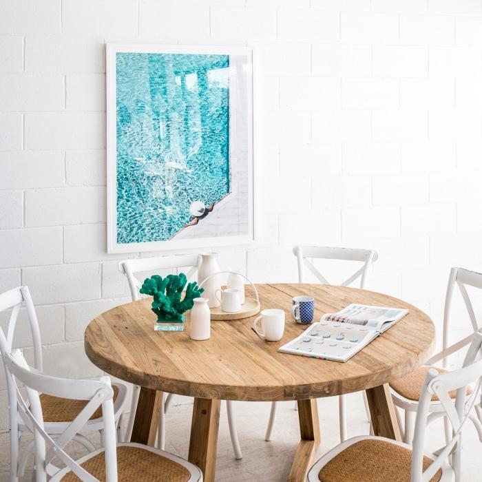 comment décorer une salle à manger dans l'esprit mer, modèle de pièce blanche aménagée avec meubles bois