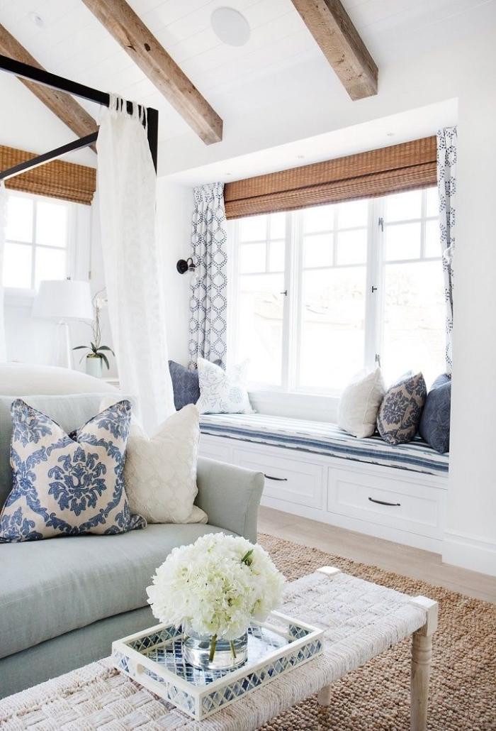 design intérieur minimaliste en blanc et bois, aménagement salon à plafond blanc avec poutres apparentes, déco marine minimaliste