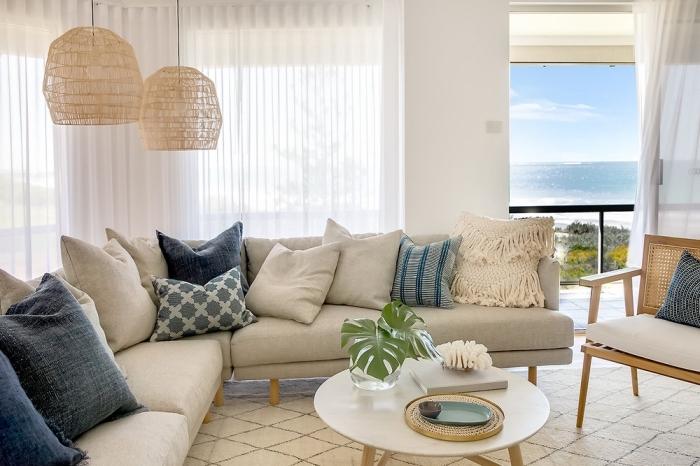 exemple de maison bord de mer, design intérieur esprit marin, salon blanc aménagé avec meubles bois et blanc