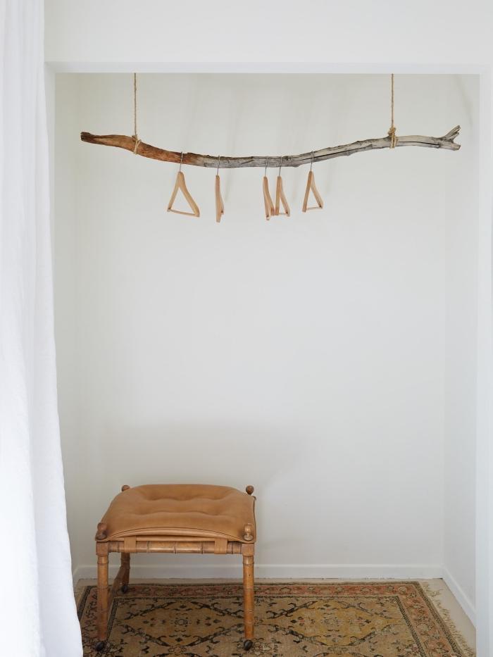 exemple de déco bois flotté minimaliste, modèle de rangement vêtement DIY en bois flotté, activité manuelle facile