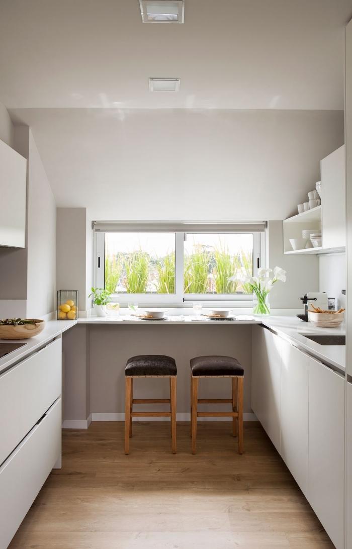 idée aménagement cuisine en forme U, exemple de cuisine petit espace en blanc, modèle cuisine avec petites fenêtres et parquet bois