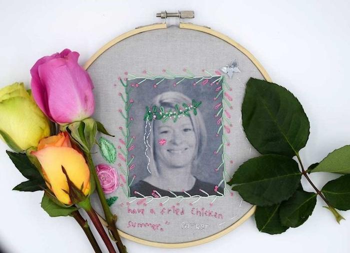 tambour à broder avec photo maitresse imprimée dessus et décorée à fils colorés et couronen de fils avec bouquet de roses à coté