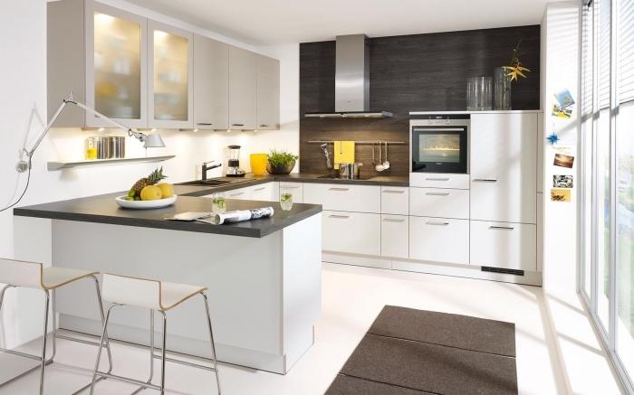 idée meuble bar cuisine en blanc et noir, exemple éclairage sous meubles cuisine, idée crédence cuisine en bois foncé