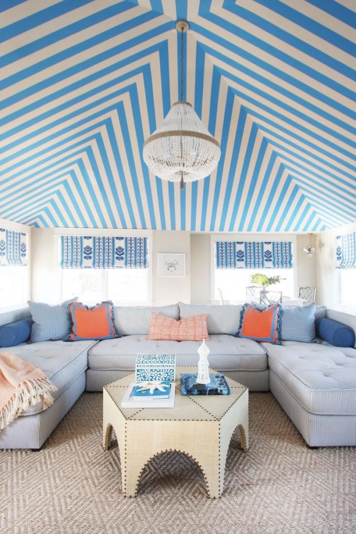 décoration de style marin dans un salon au plafond rayures blanc et bleu, modèle de coussins décoratifs nuances orange et bleu