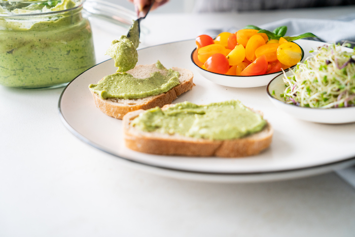 recette toast apero simple de pesto vert au basilic et avocat avec noix de cajou, recette pesto maison simple