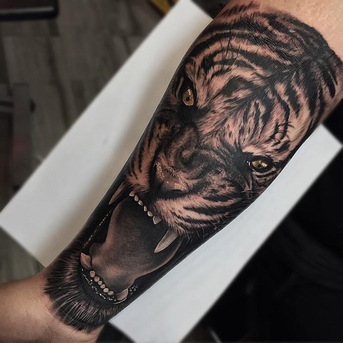 tigre, tatouage animal sauvage sur le bras, tatouage avant bras homme comme symbole de la force et l audace