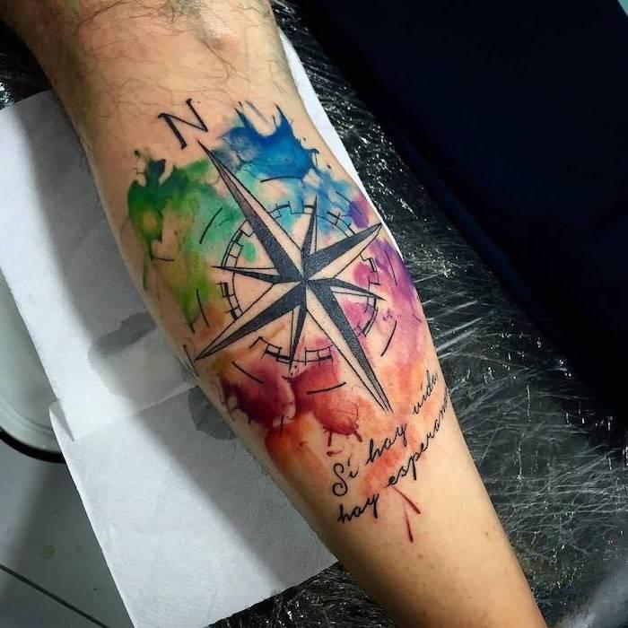 boussole, tatouage voyage sur fond coloré aquarelle et citation de voyage en dessous