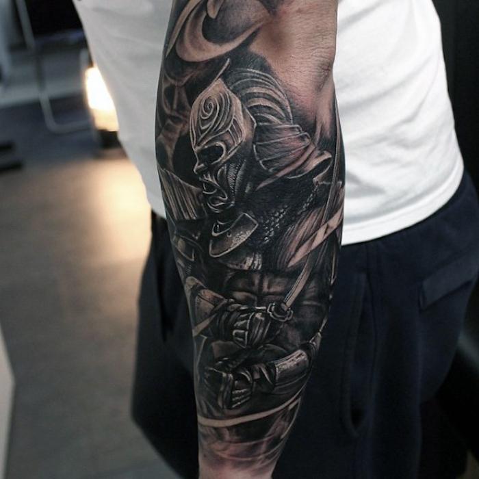 soldat tatouage sur le bras, idee symbole de la force, soldat demonique audacieux