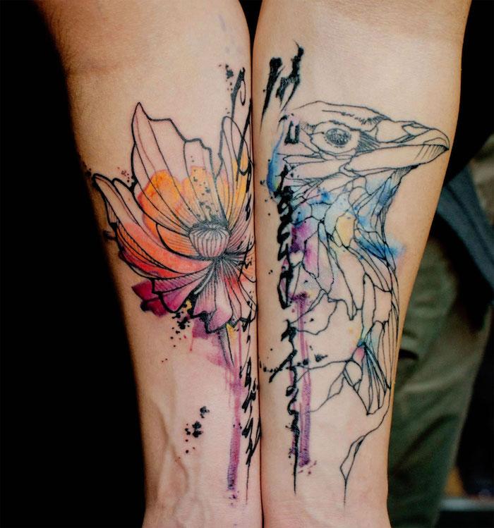 tatouage fleur et oiseau sur fond aquarelle coloré sur le bras d une femme, joli tatouage esthétique