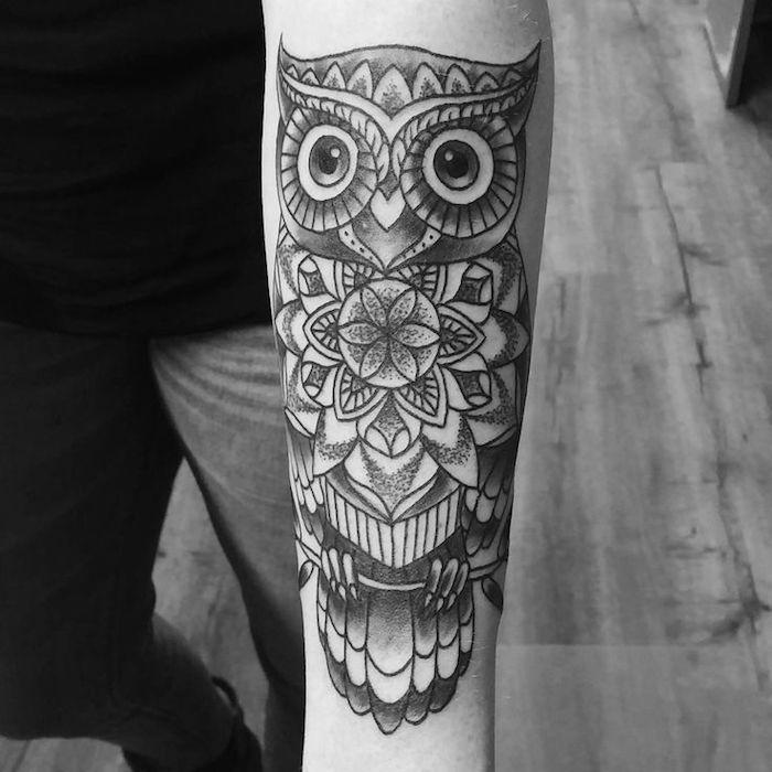 idée de tatouage hibou graphique en noir sur peau avec des motifs mandala, modele tatouage graphique