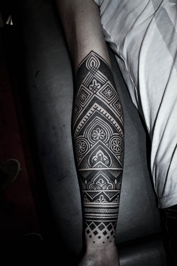tatouage à l encre noir sur le bras d une femme, modele tatouage manchette labyrinthe dédale