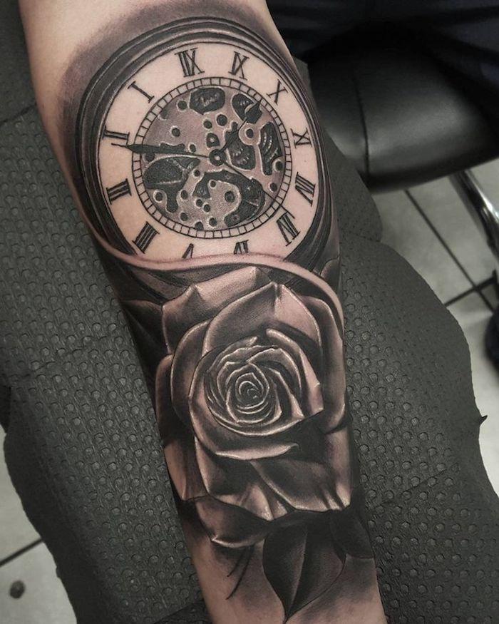 boussole et rose tatoués sur le bras dans style graphique, symboles de tatouage teaditionnels