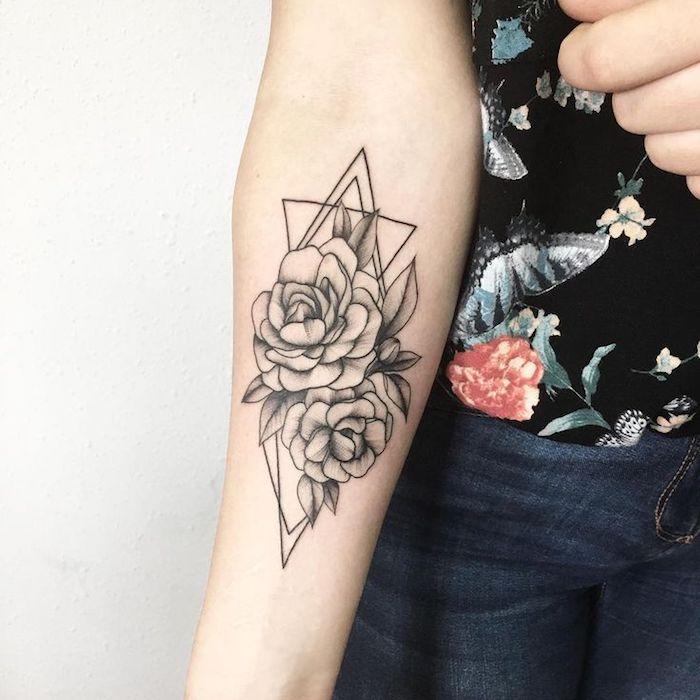 triangles et fleurs composant un tatouage femme élégante sur peau blanche, dessin de peau esthétique