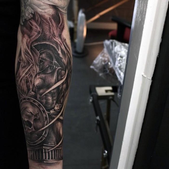 tatouage soldat en armure entouré de flammes, symbole tatouage force et audace homme