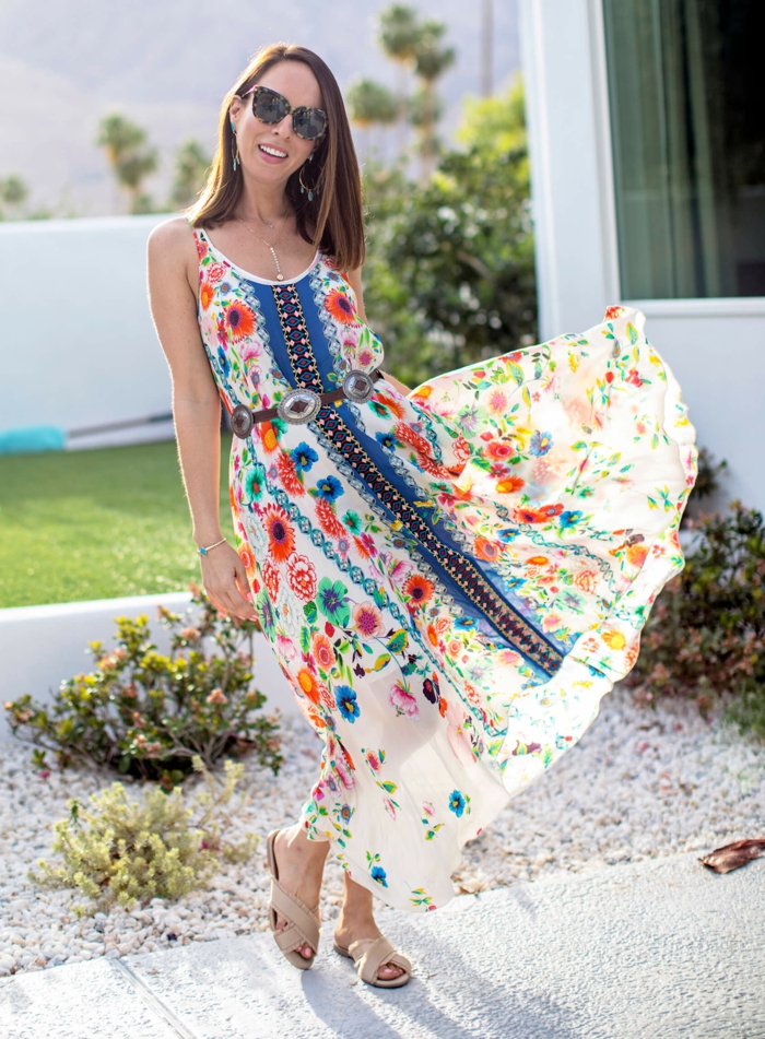 robe style ethnique dessin floral, look hippie, fleurs colorées, lunettes de soleil, sandales beiges