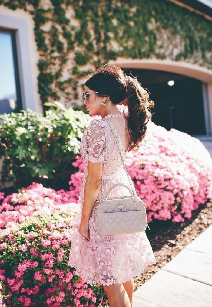 robe dentelle blanche, style bohème, sac matelassé rectangulaire, queue de cheval, parterre de fleurs