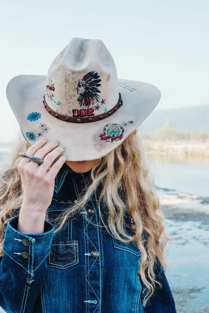 chapeau cowboy blanc, broderies et indien imprimé, chemise en denim, cheveux blonds