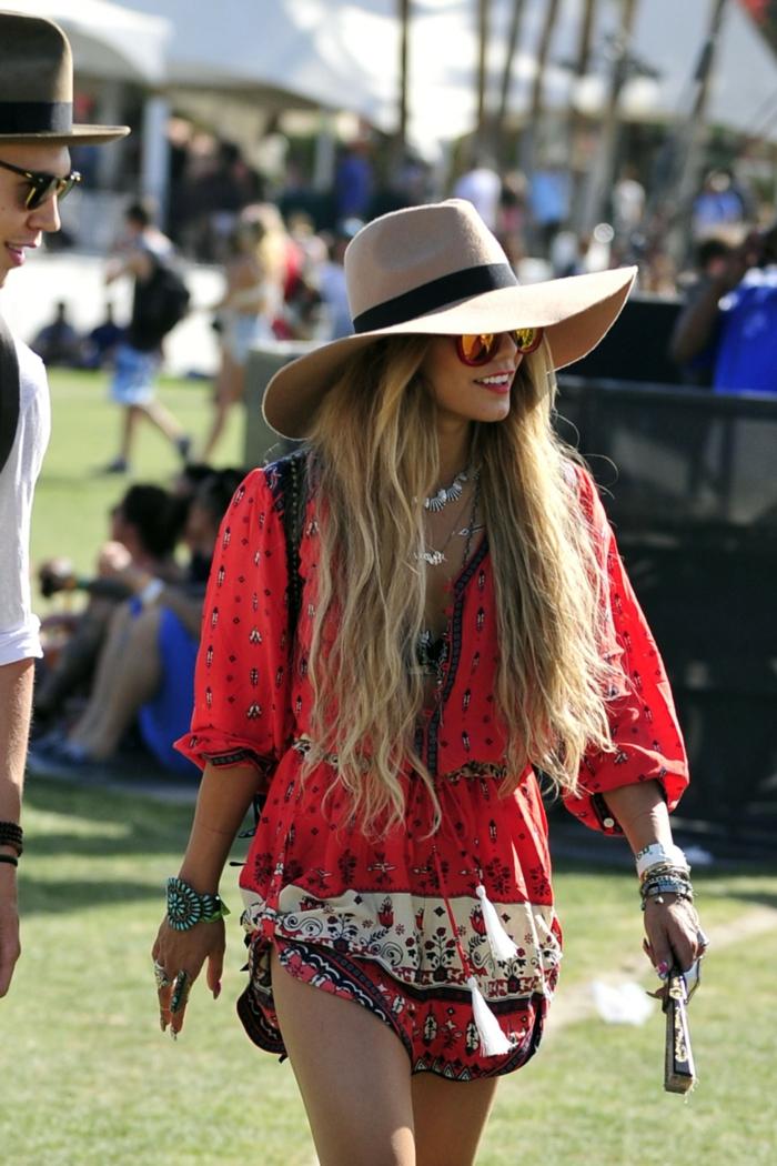 tunique rouge, chapeau crème, lunettes de soleil, colliers accumulés, bijoux boho