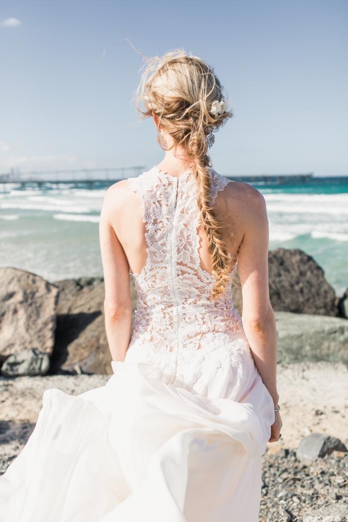 exemple de coiffure tresse mariage, modèle de tresse épi pour cheveux longs avec fleur, idée comment porter ses cheveux mariage