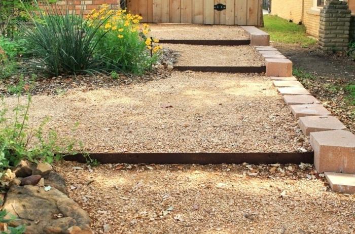 parterres en terrasses dans le jardin, bordure en acier corten, bordure en grands pavés