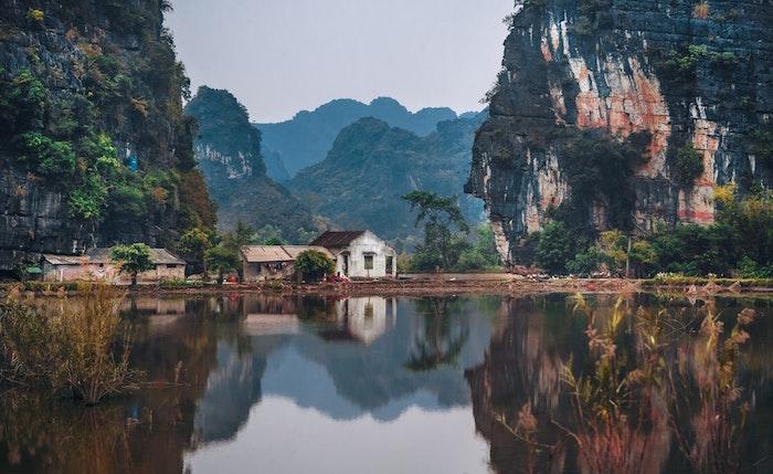 Magnifique vue en asie, maison en ruines et rochers beaux au bord d'un lac, les plus beaux endroits de france, paysage magnifique, photographie professionnel