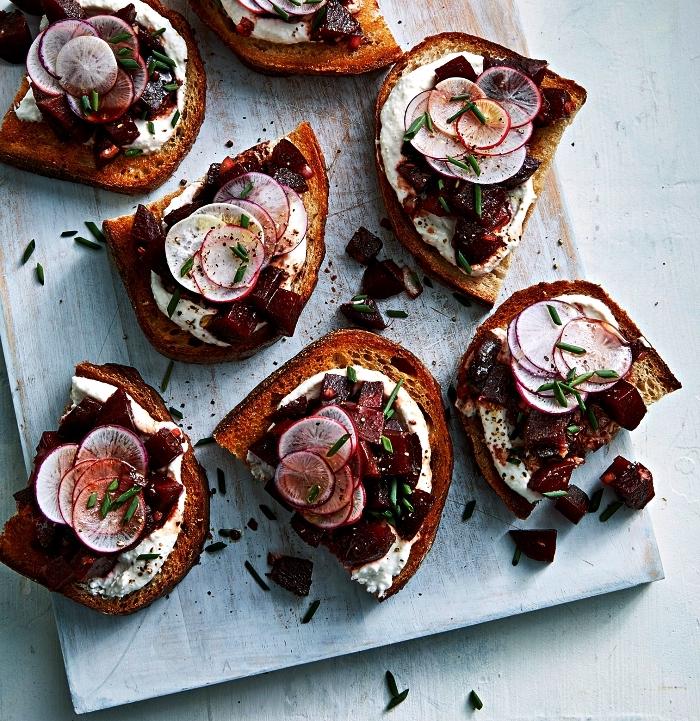 recette originale de toast apéritif au fromage, radis et betterave rouge, tartines apéritives healthy et légères