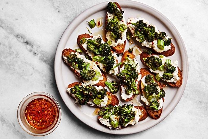 recette facile de toast apéritif au fromage ricotta, brocolis et ail, tartines végétariennes pour un apéro dînatoire de dernière minute