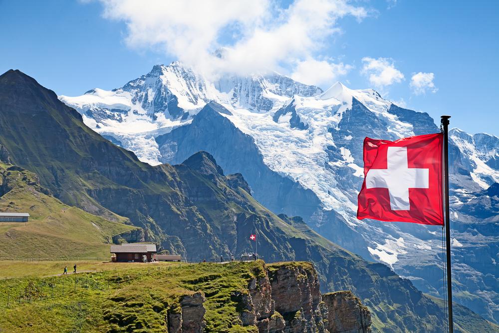 photo de paysage suisse avec drapeau et montagne enneigée pour de belles vacances en famille