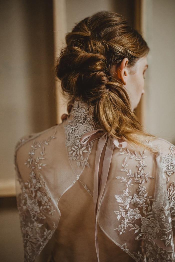 coiffure cheveux attachés pour mariée, modèle tresse cheveux longs de côté, exemple coiffure originale pour mariage