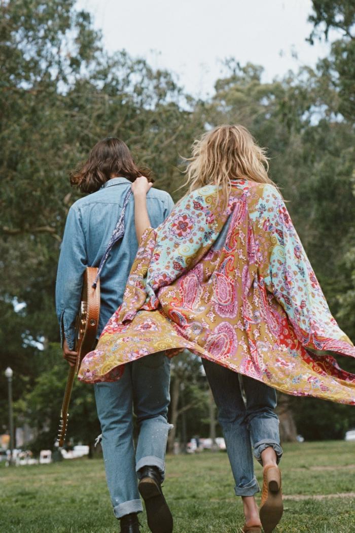 jeune couple style bohème, guitare, tunique boho chic bariolée, jeans bleus, chemise denim