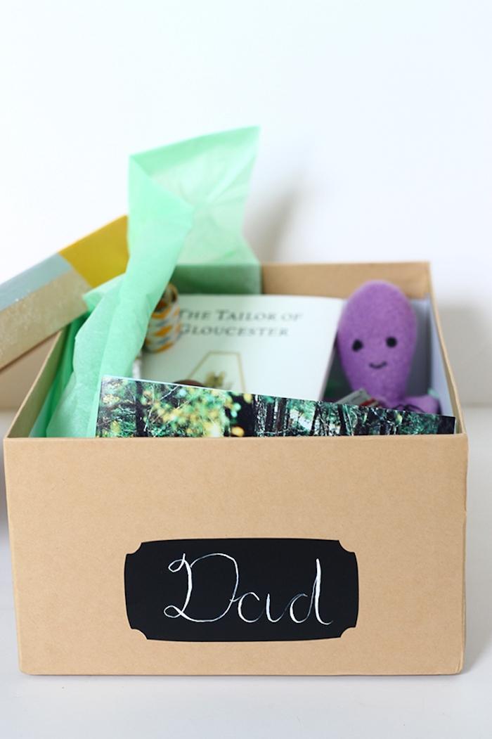 une boite remplei de souvenirs et objets préférés de papa idée cadeau fete des peres diy