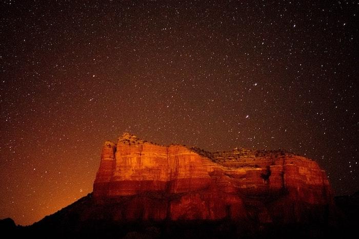 Vue de canyon en nuit, endroit paradisiaque, paysage fantastique, image pour fond d'écran magnifique étoiles