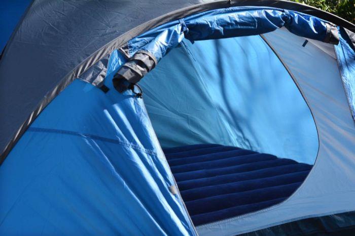 dormir en dehors, matelas gonflables en bleu foncé, tente bleu, comment s assurer un bon sommeil en dehors