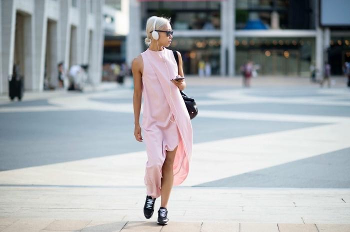 comment porter une robe longue fente avec baskets, idée robe d'été femme chic de couleur rose pastel avec baskets noires