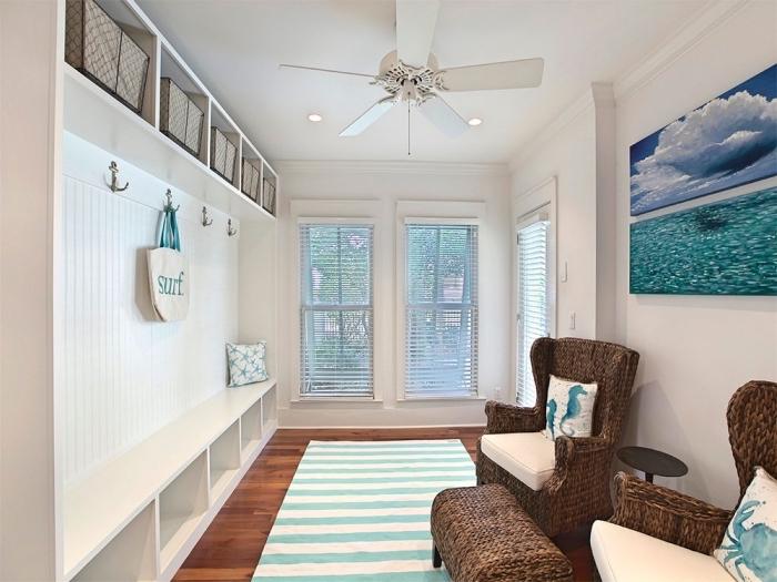 design intérieur de style marin, aménagement pièce blanche au plancher bois foncé avec meubles marron foncé