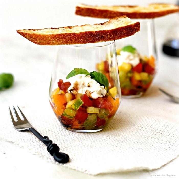 verrine de tartare de tomates et de fromage de chèvre à déguster sur des tartines ou croustilles, recettes pour un apéro dinatoire froid
