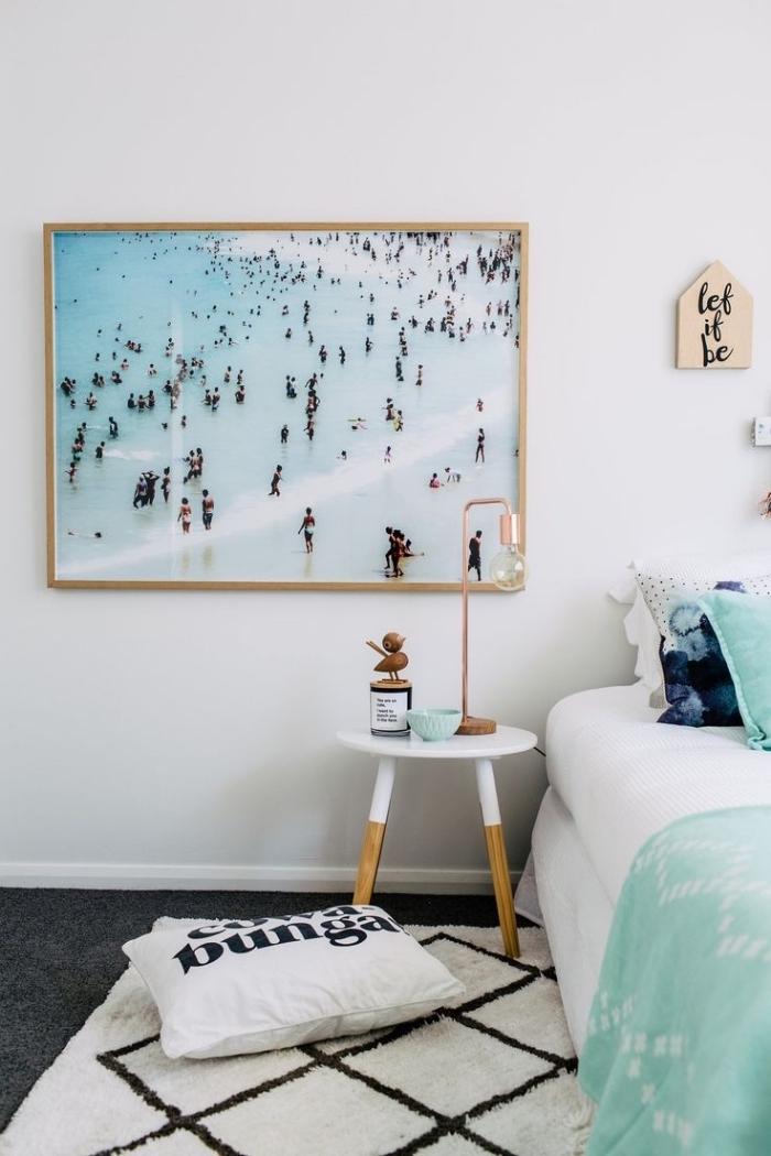 idée de décoration style bord de mer, aménagement chambre à coucher minimaliste aux murs blancs et plancher noir