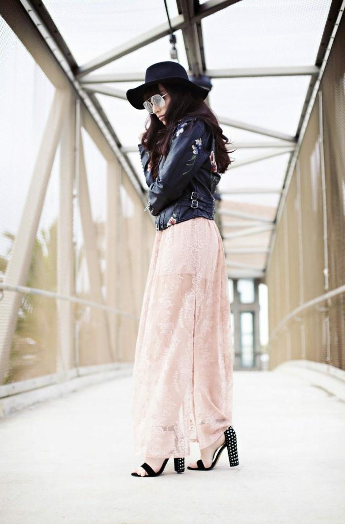jupe longue rose pâle, sandales hautes, veste cuir noir, chapeau périphérie