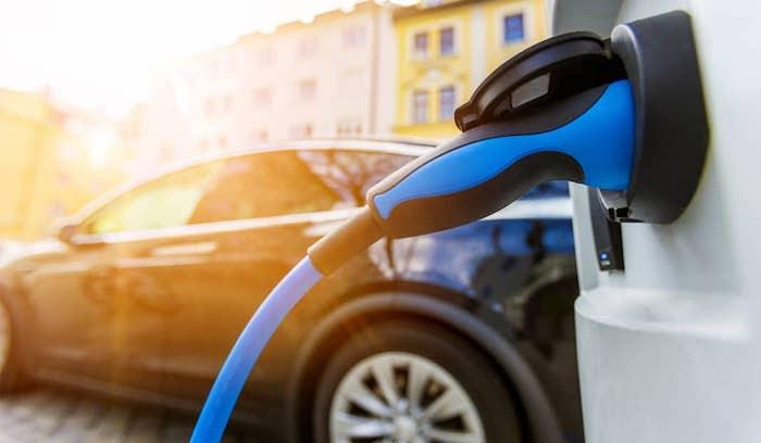 Véhicule électrique, voiture garé sur la rue près d'un appareil de chargement de voitures électriques