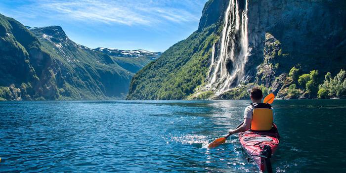 Lac au milieu d'un montagne avec beau chute d'eau fond d'écran paysage, photographie de paysage fantastique