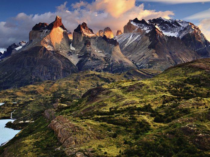 Montagne paysage fantastique, les plus beaux paysages du monde, paysage nature divine, lac dans la montagne avec sommets enneigés