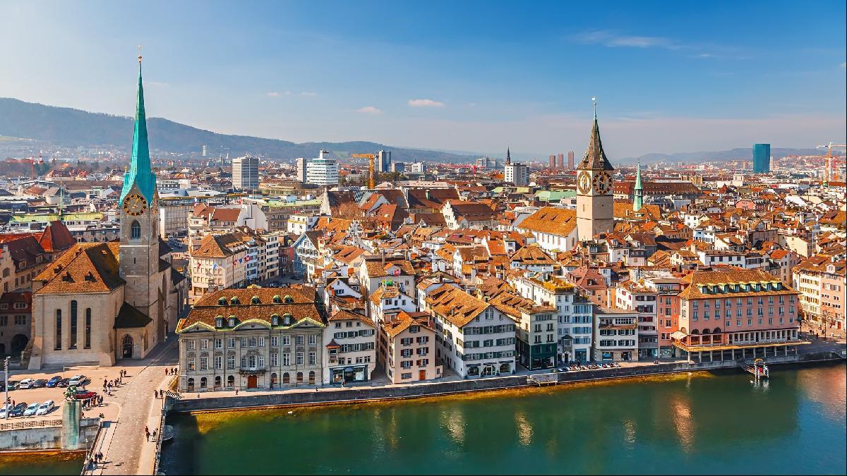 Photo de Zurich en Suisse et sa vieille ville qui regorge de vie et de culture pour un séjour en famille