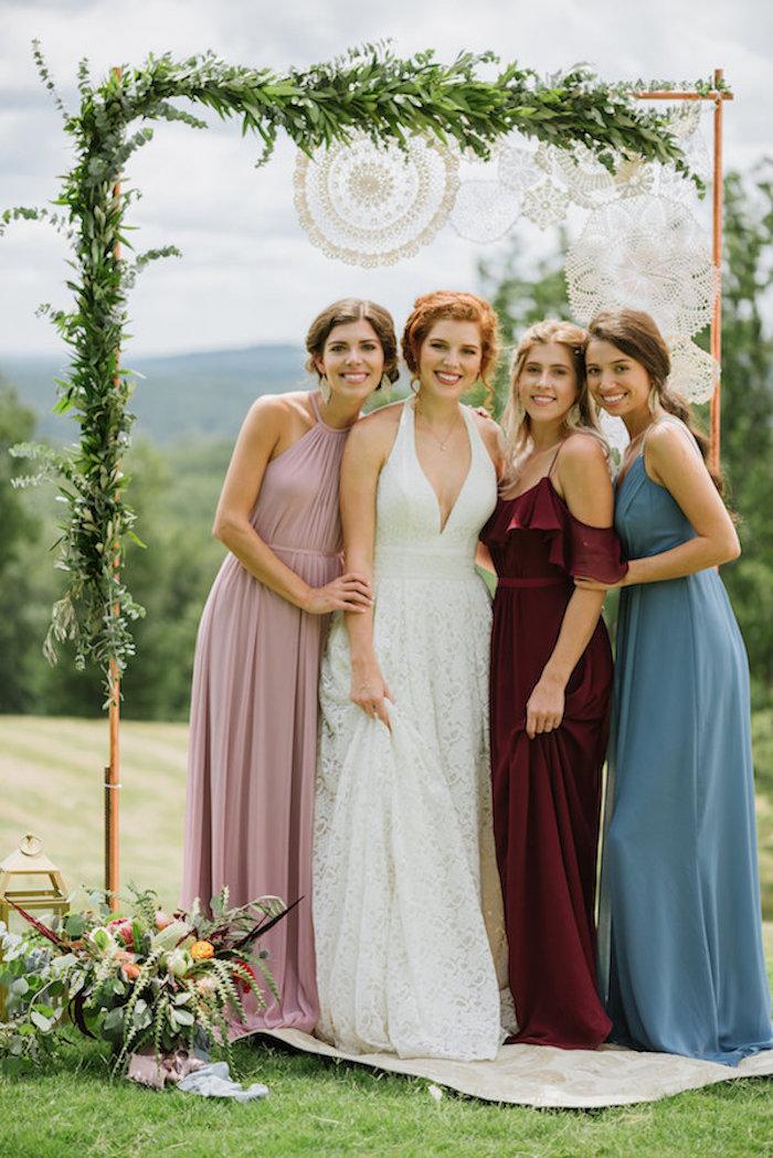 Amies mariage, robe de mariée blanche longue chic et les demoiselles d'honneur en robes longues pastel couleurs, robe de cocktail pour mariage chic, comment s'habiller pour un mariage