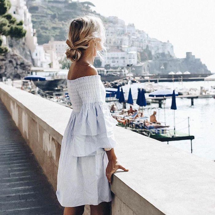 Femme tenue d'été vacances en Italie, robe épaules dénudées, coiffure bohème chic chignon bas avec tresse