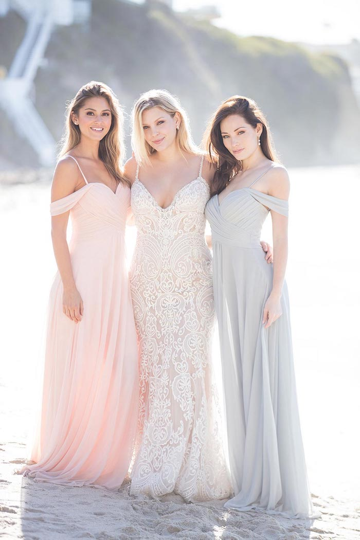 Mariée et ses demoiselles d'honneur en robes longues meme modele, differente couleur, épaules dénudées robe bohème chic mariage 2019, idée tenue de mariage stylée