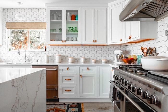 Blanche cuisine bois et blanc carrelage et meubles, chic déco de cuisine style vintage, ilot de cuisine marbre blanche