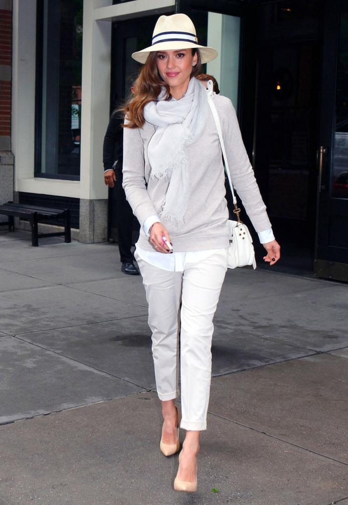 Jessica Alba, chapeau panama, sac épaule blanc, foulards, le style des célébrités, escarpins beiges